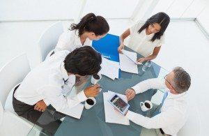 Бизнес-группа трудно на работе в зале заседаний