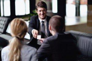 la gente de negocios que hacen oferta